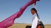 Japon, Tibet, Inde, Laos, Mongolie ... Cinq techniques ancestrales pour des étoffes qui voyagent dans le monde entier. Cinq personnages aux histoires exceptionnelles. Cinq pays au carrefour de la tradition et de la modernité